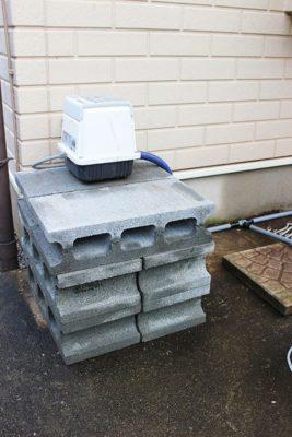 逆流防止のため、かさ上げをした浄化槽ブロアー