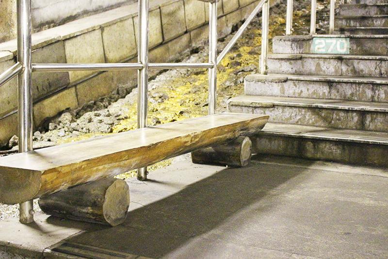 土合駅 階段にあるベンチ