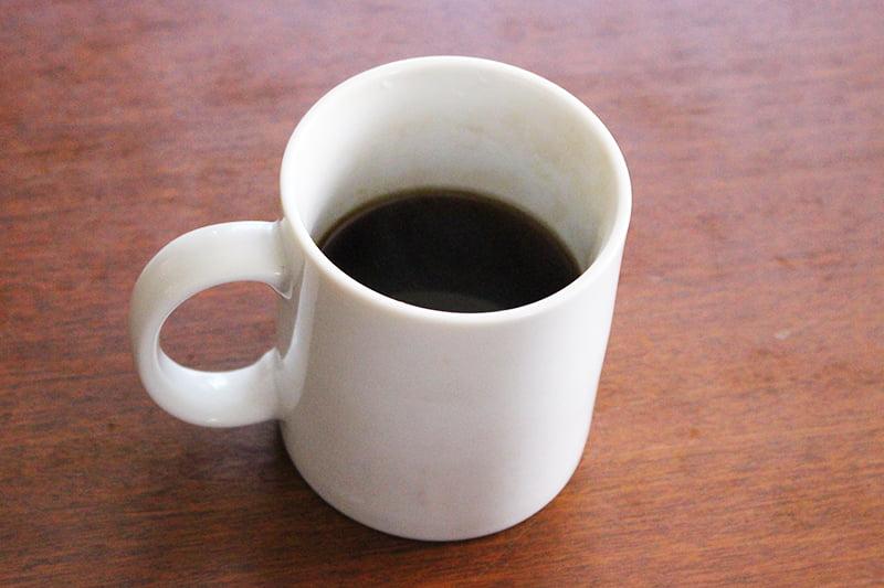 マグカップにインスタントコーヒーを淹れる