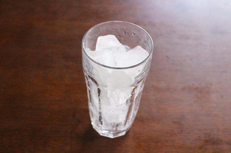 氷を入れたグラス