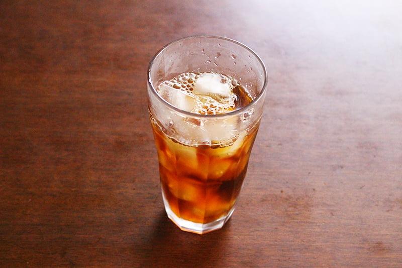 グラスにアイスコーヒーを入れる