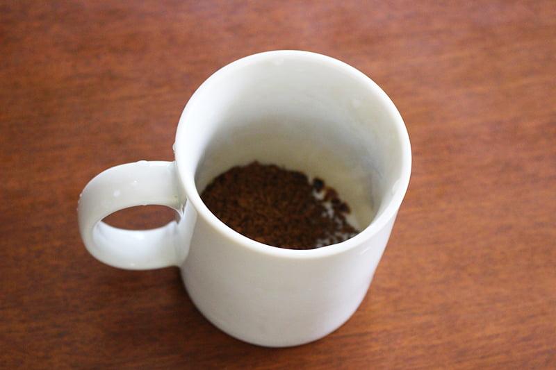 インスタントコーヒーの粉を入れたマグカップ
