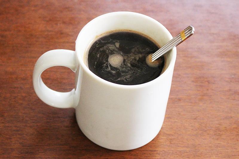 インスタントコーヒーを作っている様子