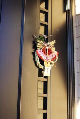 しめ飾りを玄関に飾る場合