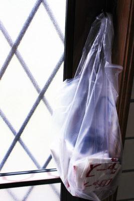 掛けているレジ袋に、折りたたんだレジ袋を入れて収納する
